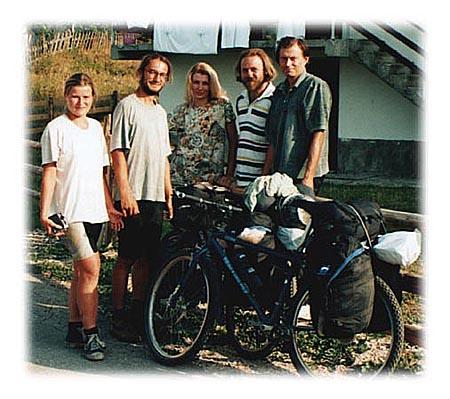 Slika za uspomenu sa našim prijateljima iz Češke (levo). Jasna je u sredini, Jovan prvi s desna, a čupavi bradonja u prugastoj majici sam ja.