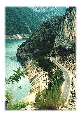 A 30-tak km dalje Pivsko jezero, najzelenija voda u zemlji, zelenija i od Jadrana