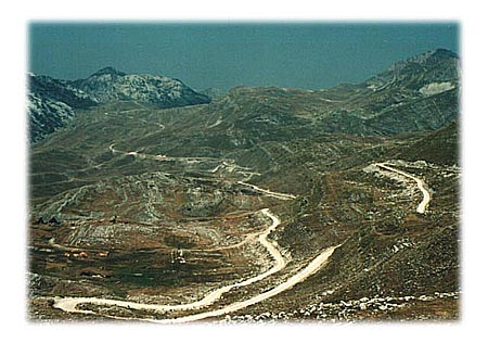 """Karakorum highway? Ne, ovaj """"mesečev"""" pejzaž ne nalazi se na Tibetu, već dotični zmijoliki makadamski put vijuga kroz Dobri Do, pa preko još 2-3 prevoja na dugom putu ka kanjonu Pive. Definitivno najnestvarnije okruženje kroz koje smo se prevezli u ovih 1000 km."""